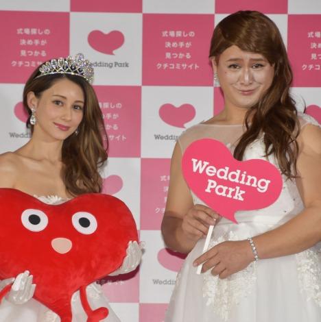 ダレノガレ明美(左)本人の前で顔マネを披露したガリットチュウ・福島善成=『WID2018-Wedding Park Innovation DAY-』 (C)ORICON NewS inc.