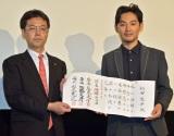 森下卓氏(左)から初段免状を受け取った松田龍平 (C)ORICON NewS inc.