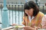町なかの屋台にて。初めてのラーメンを口にし、おいしくて感激している福ちゃん(C)NHK