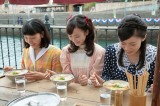 連続テレビ小説『まんぷく』第1週「結婚はまだまだ先!」第1回(10月1日放送)より。(左から)今井福子(安藤サクラ)、鹿野敏子(松井玲奈)、池上ハナ(呉城久美)。 町なかの屋台にて。初めて食べるラーメンを前にし、わくわくしている福子(C)NHK