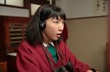連続テレビ小説『まんぷく』第1週「結婚はまだまだ先!」第2回(10月2日放送)より。阪東洋ホテル・電話交換室にて。間違った相手に電話をつないでいると客から指摘され、はっとする今井福子(安藤サクラ)(C)NHK