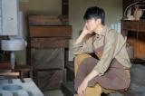 連続テレビ小説『まんぷく』第1週「結婚はまだまだ先!」第2回(10月2日放送)より。たちばな工房・中にて。商談がうまくいかず、ため息をつく立花萬平(長谷川博己)(C)NHK