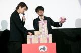 本物の現金3億円に驚く(左から)佐藤健、高橋一生