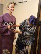 『じょんのび日本遺産』で着物を着るナタリー・エモンズ (C)TBS