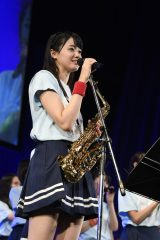 「瀬戸内の声」でサックスを演奏した瀧野由美子=『STU48チャリティーコンサートツアー』最終公演より(C)STU
