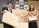 エアウィーヴのイベントに出席した(左から)高岡本州氏、アリーナ・ザギトワ選手 (C)ORICON NewS inc.