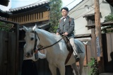 連続テレビ小説『まんぷく』第4回より。白馬に乗った歯科医・牧善之介(浜野謙太)の登場シーン(C)NHK