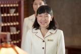 連続テレビ小説『まんぷく』第5回より。大阪東洋ホテル・ロビーではじけるような笑顔で客を迎える福子(安藤サクラ)(C)NHK
