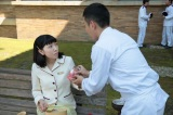 連続テレビ小説『まんぷく』第5回より。大阪東洋ホテル・従業員通路で休憩していた福子(安藤サクラ)に「お母さんに食べさせてあげて」と缶詰を手渡す野呂幸吉(藤山扇治郎)(C)NHK