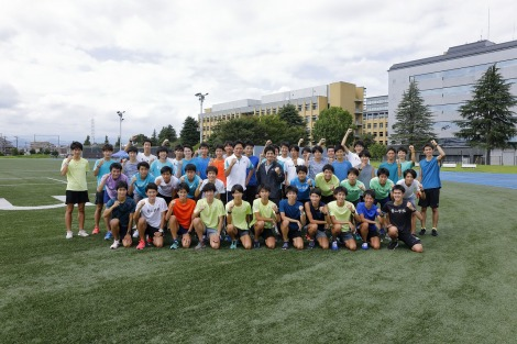 青山学院大学陸上競技部との記念撮影に応じる和田正人