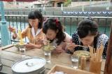 連続テレビ小説『まんぷく』第4回より。福子(左:安藤サクラ)たちが食べていた屋台のラーメンを再現し、『BKワンダーランド』(11月3日・4日)で販売決定(C)NHK