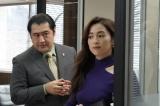 8日放送の新月9『SUITS/スーツ』初回にSNS生配信を行う小手伸也、中村アン (C)フジテレビ