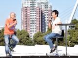 『東京モーターフェス2018』内のトークイベントに登場した(左から)ピストン西沢氏、TUBEの前田亘輝 (C)ORICON NewS inc.