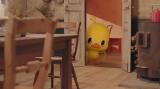 ドアの影から見る『チキンラーメン』のキャラクター・ひよこちゃん。WEB動画『チ金麦鍋』場面写真より
