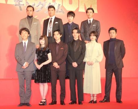 (前列左から)佐藤信介監督、橋本環奈、吉沢亮、
