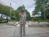 大河ドラマ『西郷どん』トークショー前にホールの前にある墨田区ゆかりの勝海舟の銅像の前でポーズをとる渡部豪太(C)NHK