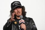 映画『音量を上げろタコ!なに歌ってんのか全然わかんねぇんだよ!!』公開記念舞台あいさつに登壇した三木聡監督