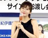 シャンパンでカレンダー発売を祝う小倉優香 (C)ORICON NewS inc.