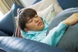ぐっすり眠る佐野玲於=『ハナレイ・ベイ』場面カット