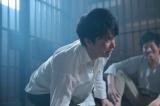 連続テレビ小説『まんぷく』第3週・第13回(10月15日放送)大阪憲兵分隊庁舎・留置所にて。身に覚えのない罪で留置所に放り込まれた立花萬平(長谷川博己)。同じ部屋のものたちに「なにもやってないんだ!」と主張するが、誰にも信じてもらえない(C)NHK