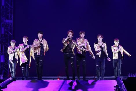 武道館公演を行ったiKON(左から)ドンヒョク、B.I、ジュネ、ジナン、チャヌ、BOBBY、ユニョン