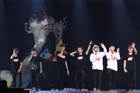 武道館公演を行ったiKON(左から)ジナン、BOBBY、チャヌ、B.I、ドンヒョク、ジュネ、ユニョン