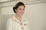 10月1日スタート、連続テレビ小説『まんぷく』第3回より。福子が働くホテルのフロント係の先輩・保科恵(橋本マナミ)(C)NHK