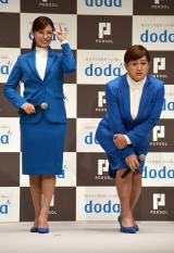CMのdポーズを披露する場面で、だっちゅーのを披露した福島善成(右) (C)ORICON NewS inc.
