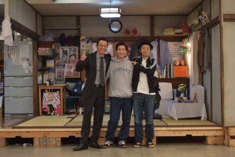 遠藤憲一(左)と宮藤官九郎(右)がタッグを組んだ、ワンシチュエーションコメディドラマ『遠藤憲一と宮藤官九郎の 勉強させていただきます』第4話ゲストの野村周平がクランクアップ(C)WOWOW
