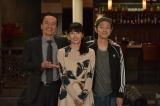 遠藤憲一(左)と宮藤官九郎(右)がタッグを組んだ、ワンシチュエーションコメディドラマ『遠藤憲一と宮藤官九郎の 勉強させていただきます』第5話ゲストの水野美紀がクランクアップ(C)WOWOW