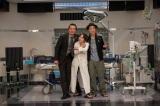 遠藤憲一(左)と宮藤官九郎(右)がタッグを組んだ、ワンシチュエーションコメディドラマ『遠藤憲一と宮藤官九郎の 勉強させていただきます』第7話ゲストの桃井かおりがクランクアップ(C)WOWOW