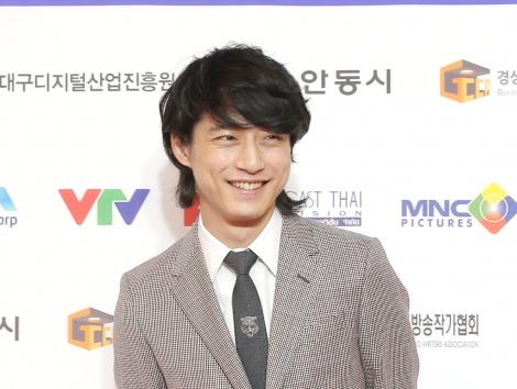 アジア文化交流への功労で男優部門の特別表彰を受けた坂口健太郎