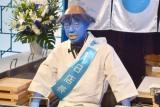 真っ青なカッパ姿の寿司職人になった小峠英二 =『大地球(BIGLOBE)寿司』のオープニングイベント (C)ORICON NewS inc.