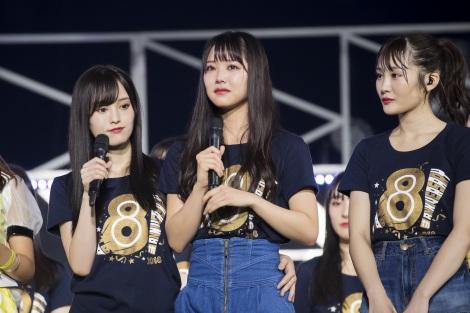 苦悩する同期・白間美瑠(中央)を励ます山本彩(左)(C)NMB48