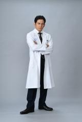 初の医師役に挑戦する岡田准一、山崎豊子さんの代表作『白い巨塔』を新たにドラマ化。テレビ朝日開局60周年記念作品として2019年5夜連続放送(C)テレビ朝日