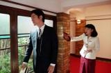 連続テレビ小説『まんぷく』第3週・第16回より。大阪東洋ホテル・廊下にて。急に立花萬平(長谷川博己)を助ける、と言いだした世良勝夫(桐谷健太)に「三田村会長(橋爪功)にええ顔見せたいだけでしょう」とくってかかる福子(安藤サクラ)