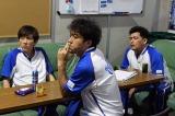 ムロツヨシ(左から2番目)、大人のかっこよさを披露するシーンも  (C)TBS