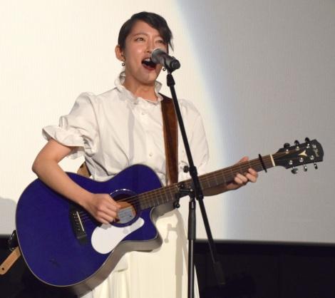 緊張の表情で熱唱する吉岡里帆=映画『音量を上げろタコ!なに歌ってんのか全然わかんねぇんだよ!!』のライブイベント(C)ORICON NewS inc.