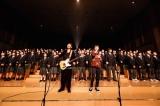 母校・因島高校200人と「愛が呼ぶほうへ」を合唱