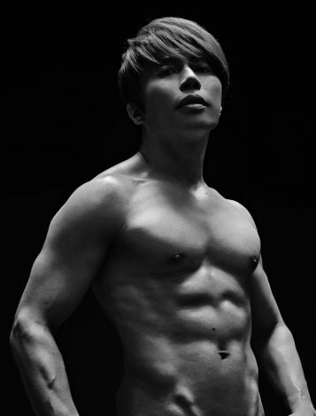 鍛え上げられた肉体美を披露した西川貴教 =『おしゃべりな筋肉 心のワークアウト7メソッド』(新潮社) 撮影:秦淳司