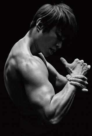『おしゃべりな筋肉 心のワークアウト7メソッド』で肉体美を披露した西川貴教(新潮社) 撮影:秦淳司