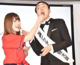 カープ女子の天野恵に「あーん」をしてもらう田中 (C)ORICON NewS inc.