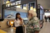 『YOUは何しに日本へ?にガチ参戦! アイドルだけど超本気コラボで汗と涙の3時間SP』11月12日放送決定。生田絵梨花が成田国際空港でYOUに直撃インタビューのディレクターに(C)テレビ東京