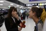 『YOUは何しに日本へ?にガチ参戦! アイドルだけど超本気コラボで汗と涙の3時間SP』11月12日放送決定。高山一実が成田国際空港でYOUに直撃インタビューのディレクターに(C)テレビ東京