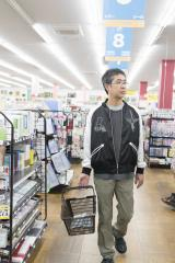 「ジョイフル本田 千葉ニュータウン店」で買いものする吉田戦車氏=『FLASH』10月23日発売号より