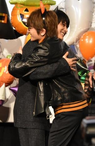 熱い抱擁を交わす吉沢亮&Nissy=映画『あのコの、トリコ。』の大ヒット御礼舞台あいさつ (C)ORICON NewS inc.