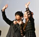 全国の劇場に手を振る2人=映画『あのコの、トリコ。』の大ヒット御礼舞台あいさつ (C)ORICON NewS inc.