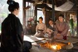 大河ドラマ『西郷どん』第39回「父、西郷隆盛」より。奄美大島の愛加那(二階堂ふみ)の家に糸(黒木華)が菊次郎を引き取りにやって来る(C)NHK