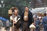 大河ドラマ『西郷どん』第40回「波乱の新政府」より。上京する隆盛(鈴木亮平)と熊吉(塚地武雅)(C)NHK