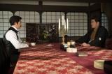 大河ドラマ『西郷どん』第40回「波乱の新政府」より。話をする大久保(瑛太)と隆盛(鈴木亮平)(C)NHK